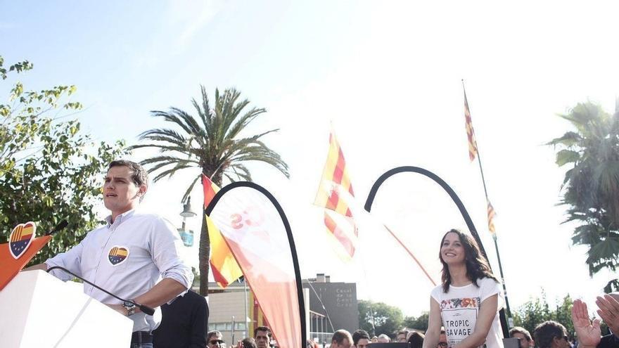 """Albert Rivera reclama a Puigdemont ir ante la justicia y no dejar """"tirados a los suyos"""""""