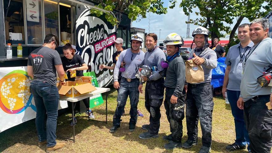 El chef español José Andrés entrega miles de comidas a rescatistas en derrumbe