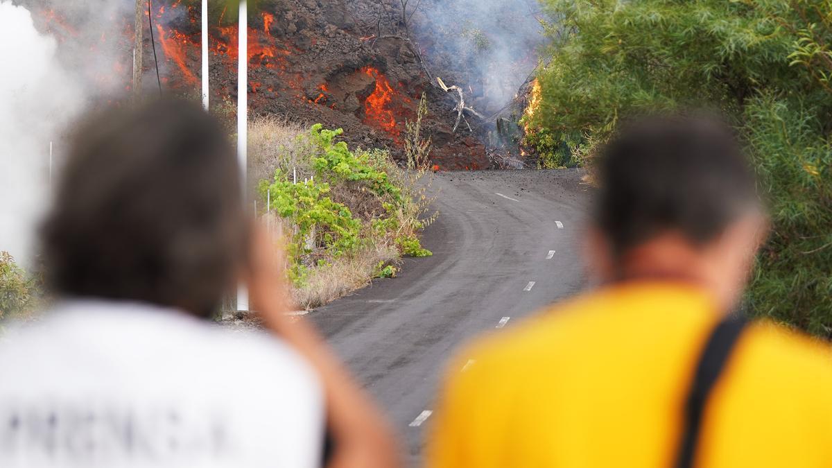 Dos personas observan la lava avanzando por la zona de Cabeza de Vaca en El Paso.