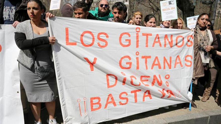Imagen de archivo. La Unión Romaní y el Movimiento contra la Intolerancia protestan contra la discriminación, frente a la sede de la Comisión Europea en Madrid. EFE