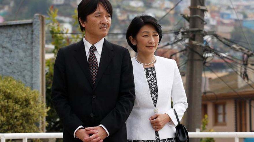 Los príncipes de Japón visitan el centro de alerta de tsunamis en Chile