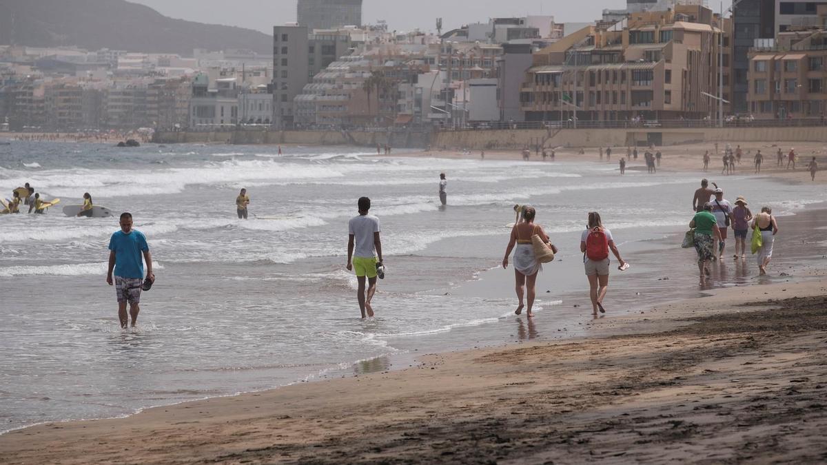Imagen de la playa de Las Canteras (Las Palmas de Gran Canaria), este jueves en el que se calima en altura y altas temperaturas que pueden llegar a 37 grados en algunas zonas del interior de Gran Canaria