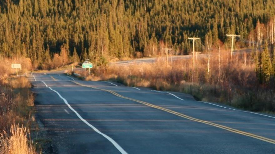 Carretera ondulada por el permafrost