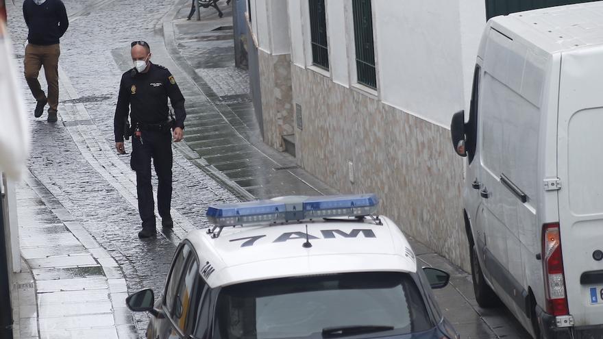 Un agente de Policía Nacional junto al inmueble ocupado en San Lorenzo |CORDÓPOLIS