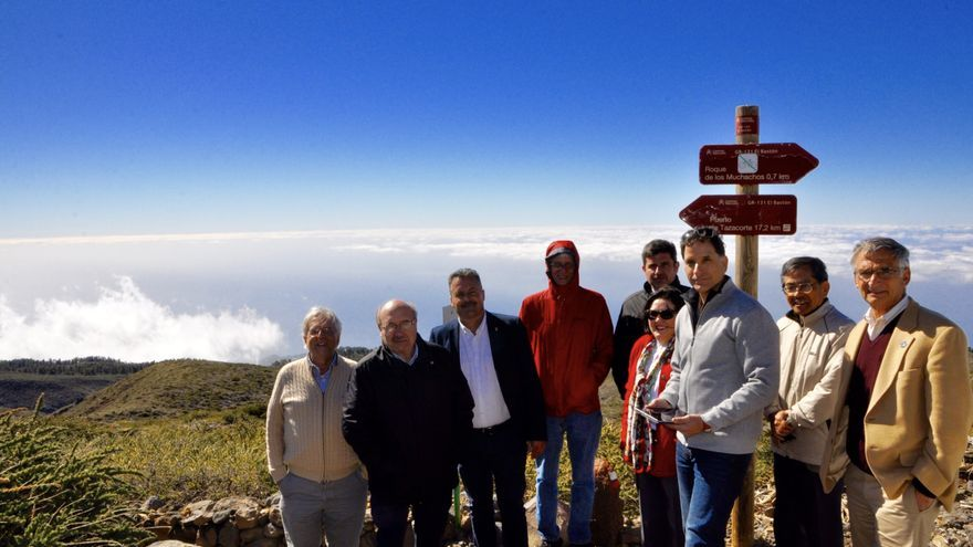 Representantes del TMT acompañados por el administrador del  Observatorio del Roque, el director el IAC y autoridades políticas en el Observatorio del Roque de Los Muchachos.