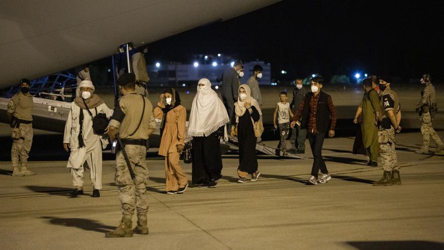 Varias personas repatriadas llegan a la pista tras bajarse del avión A400M en el que ha sido evacuados de Kabul
