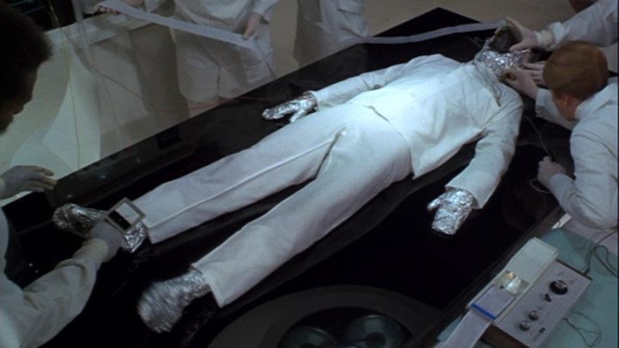 El dormilón de Woody Allen descansaba cubierto de papel de aluminio