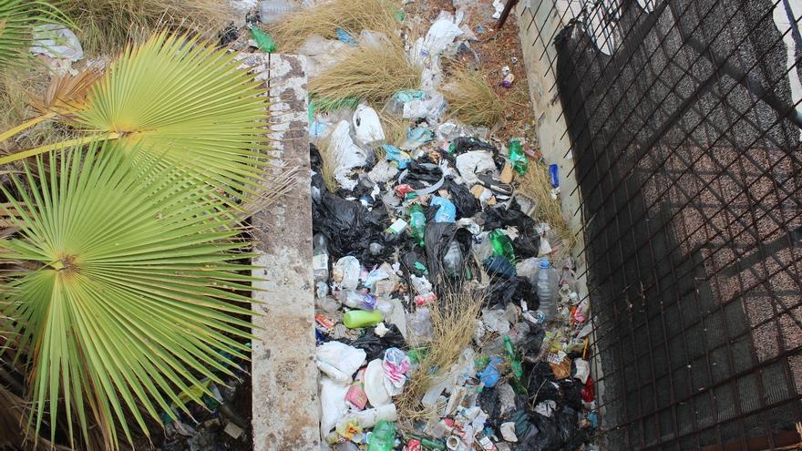 Área en un estado lamentable por la presencia masiva de residuos, en la calle La Estrella