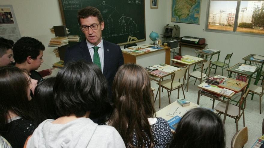 Feijóo, con escolares durante una visita en el Museo Pedagóxico de Galicia