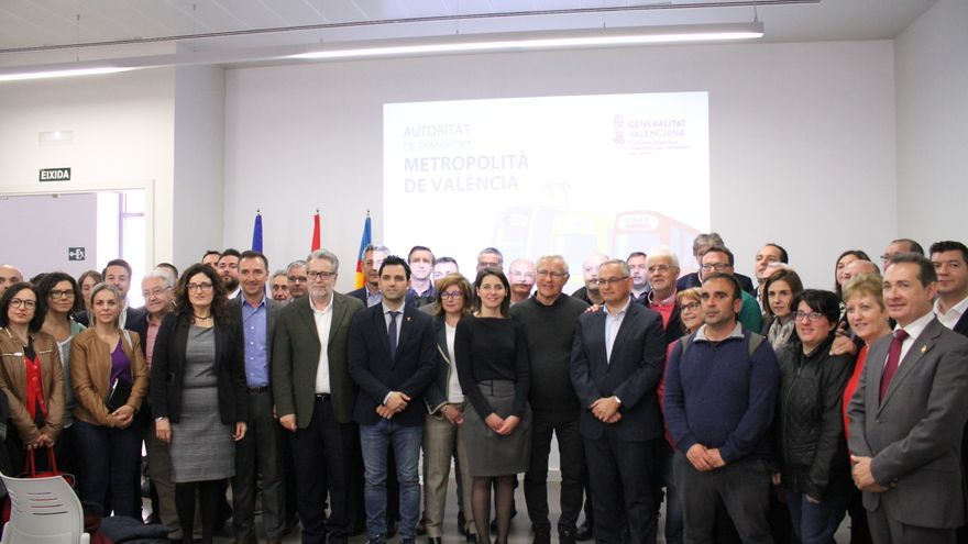 Los alcaldes del área metropolitana con la gerente de la ATMV, María Pérez Herrero