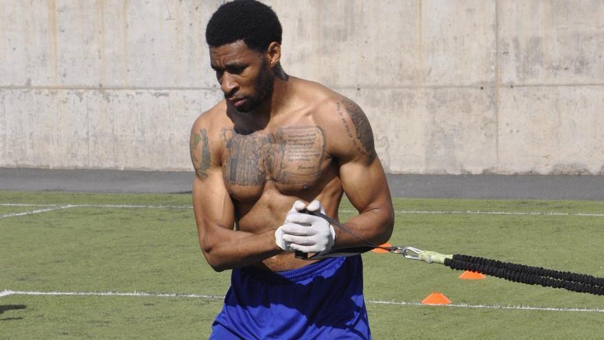 Stan Okoye durante los ejercicios.