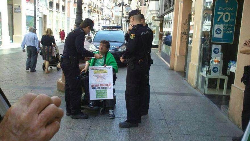 Antonio Aramayona, hablando con agentes de la Policía