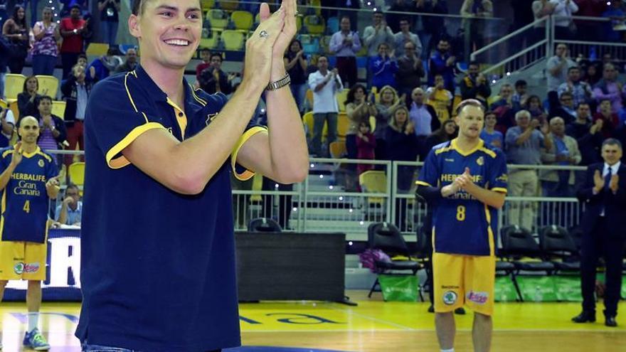 El jugador estadounidense del Herbalife Gran Canaria Kyle Kuric saluda al público momentos antes de comenzar el partido de la duodécima jornada de la liga ACB contra el Unicaja Málaga en el Gran Canaria Arena, en Las Palmas de Gran Canaria.