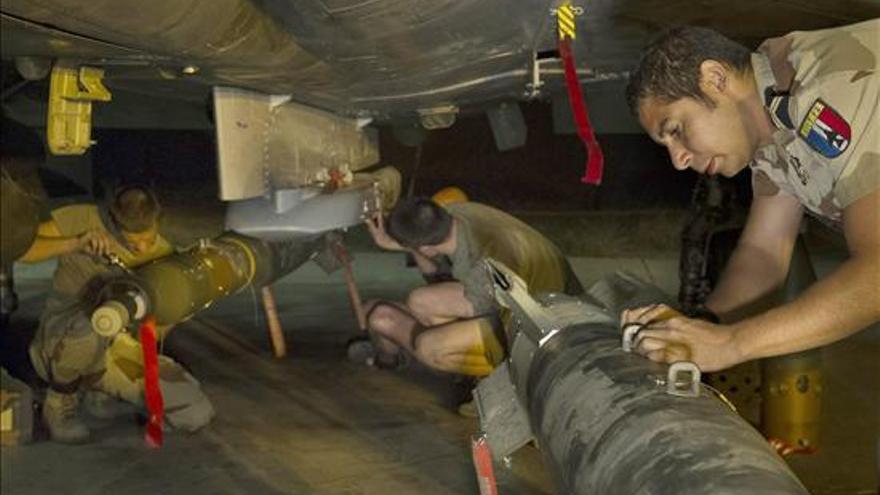 Oficiales galos preparan el armamento con el que participan en la ofensiva militar contra los islamista en Mali