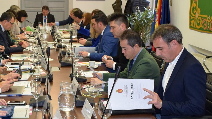 Francisco Paz (primero por la derecha) en la reunión de la Junta de Gobierno de la Federación Española de Municipios.