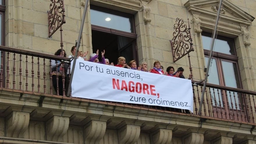 Cuelgan en el Ayuntamiento de Irún una pancarta de recuerdo a Nagore Laffage diez años después de su crimen