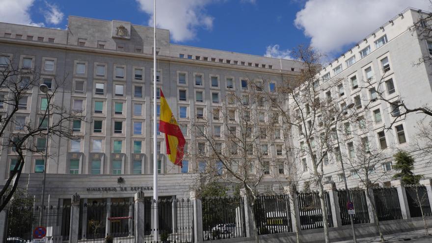 La bandera ya ondea a media asta por la muerte de Cristo en el Ministerio de Defensa