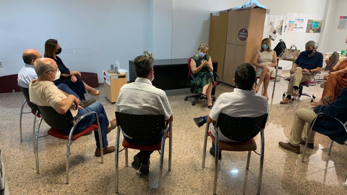 Un momento de la reunión mantenida por la consellera Ana Barceló con los alcaldes de los municipios del departamento de salud de Torrevieja.