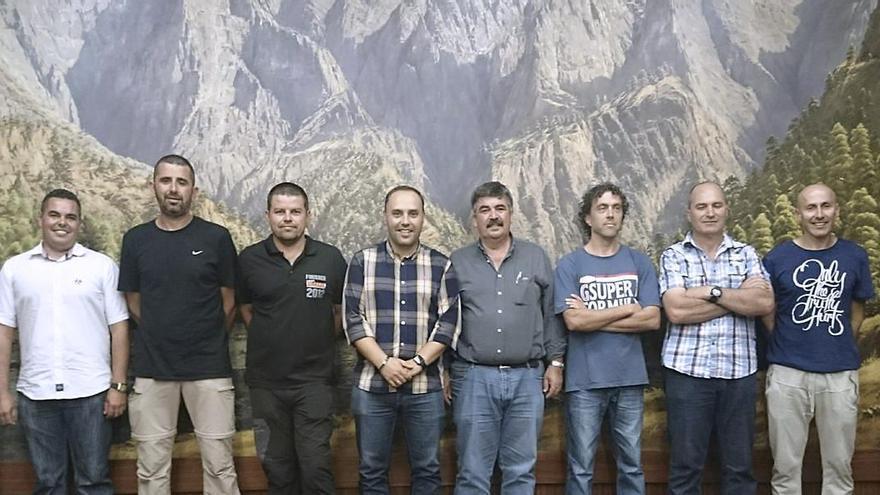 Luis Camacho, consejero insular de Hacienda y Recursos Humanos,  y  Juan Manuel González, consejero de Medio Ambiente, con los ocho nuevos trabajadores.