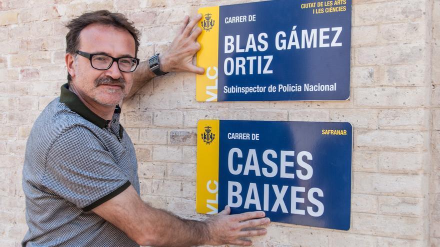 El concejal de Movilidad, Giuseppe Grezzi, muestra las nuevas placas