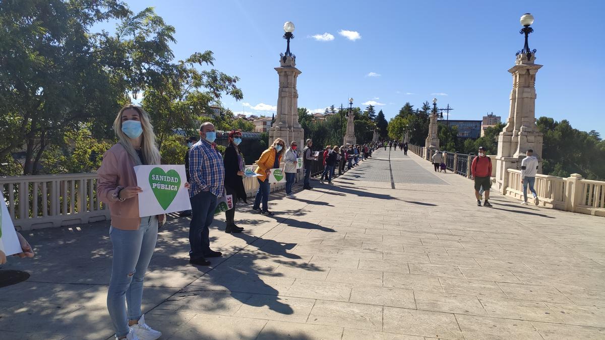 Cadena humana de Teruel, a su paso por el Viaducto Fernando Hué
