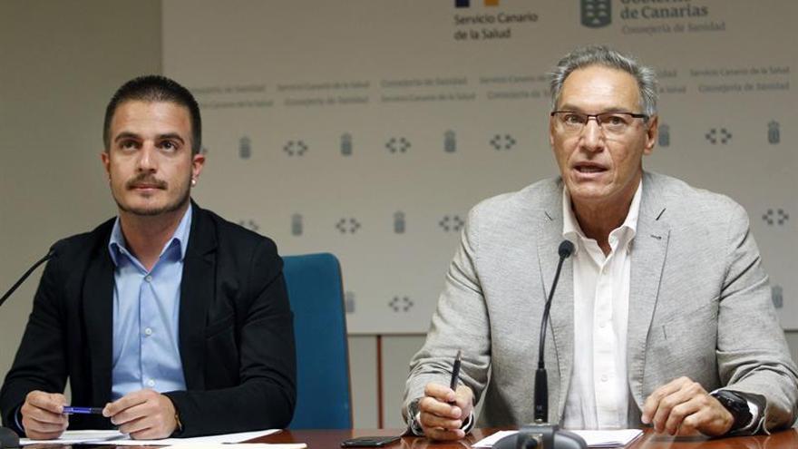 Los directores generales de Salud Pública, José Juan Alemán (d), y de Juventud, Sergio Eiroa, del Gobierno de Canarias