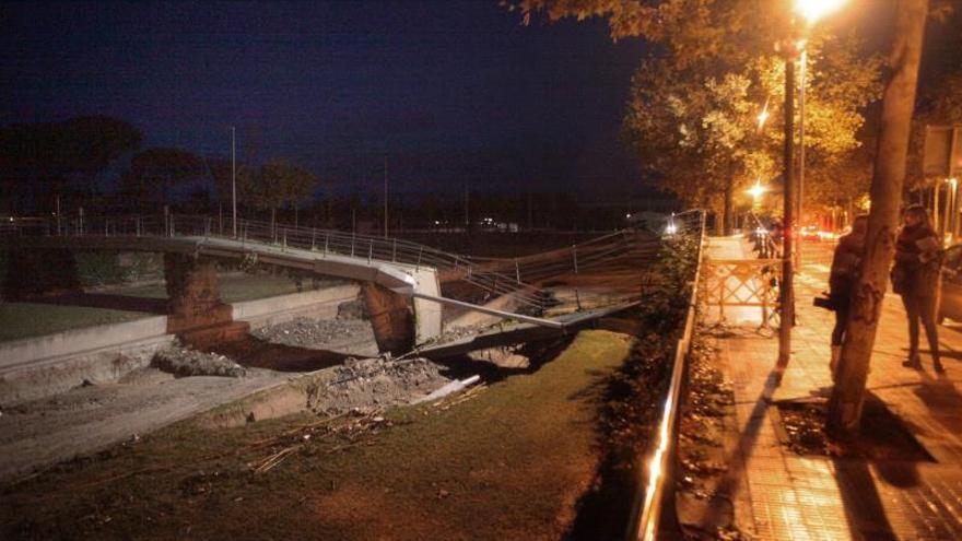 Aspecto del puente sobre la riera de Cambrils donde cincuenta niños de entre 6 y 7 años de Sant Just Desvern y sus monitores fueron desalojados anoche en autobús de la Casa de Colonias La Marinada, a consecuencia de las fuertes lluvias que afectan a Catalunya / EFE