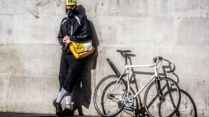 Un mensajero descansando junto a su bicicleta 'fixie'