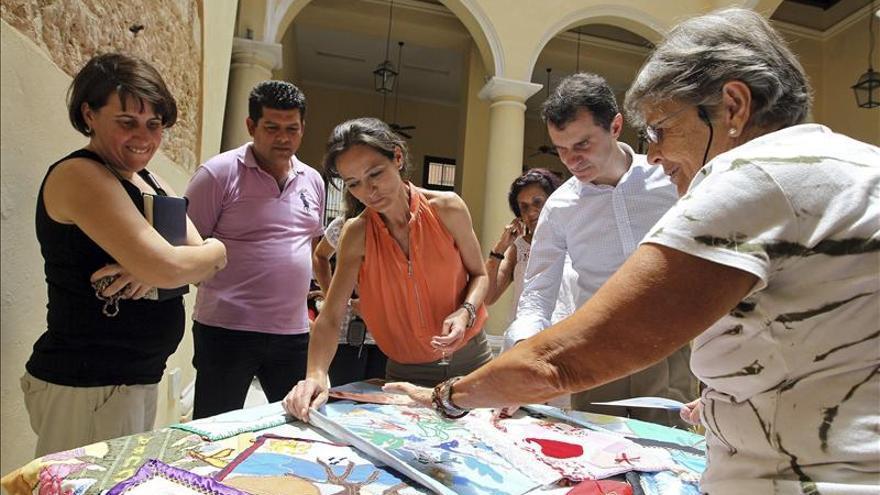 Responsables de Castilla y León visitan un centro de mayores en La Habana