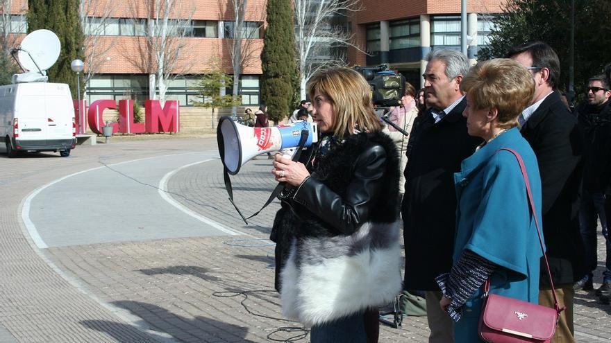 La secretaria de CCOO Albacete dirigiéndose a los participantes de la concentración.