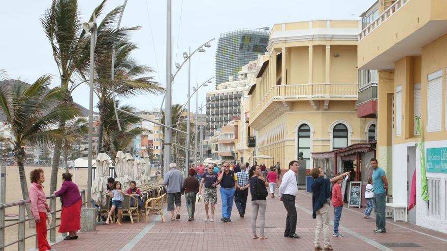 Gente por el Paseo de Las Canteras en Las Palmas de Gran Canaria (ALEJANDRO RAMOS)