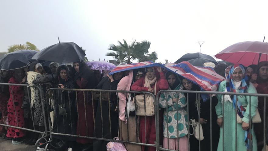Las jornaleras esperan a las puertas del centro donde se realizarán las entrevistas en Marruecos.
