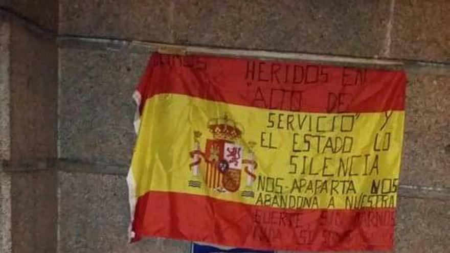 Merino y Ramos durmiendo ante la fachada del Ministerio de Defensa
