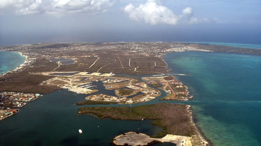 Vista aérea de Grand Cayman, la mayor de las Islas Caimán. Foto: cc Salvatore Freni Jr vía Flickr