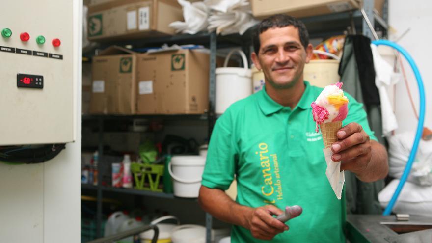 Leonardo Verde sirve un helado de fiesta (ALEJANDRO RAMOS)
