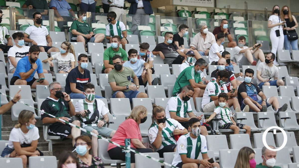 Aficionados durante un partido en El Arcángel
