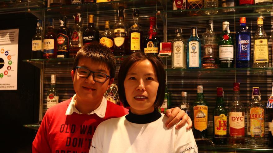 Li y su hijo en el bar que regenta en Moratalaz