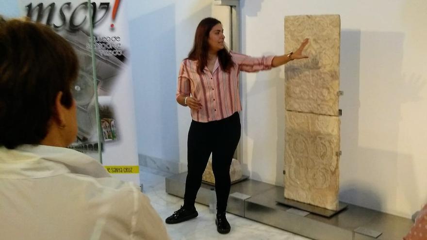 María Quejigo, en una de las visitas para contemplar la pieza