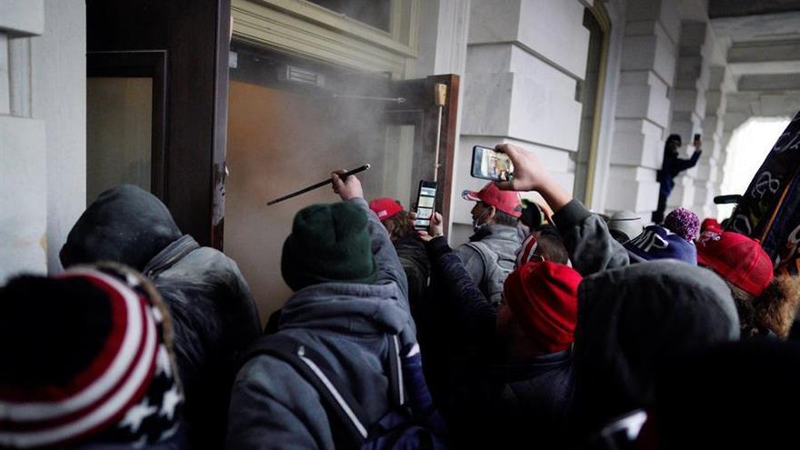 Seguidores del presidente Donald Trump irrumpen en el Capitolio, sede del Congreso, en Washington.