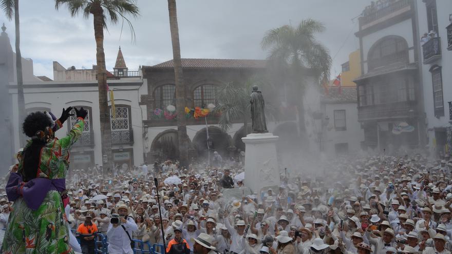 La Plaza de España se abarrotó de indianos.