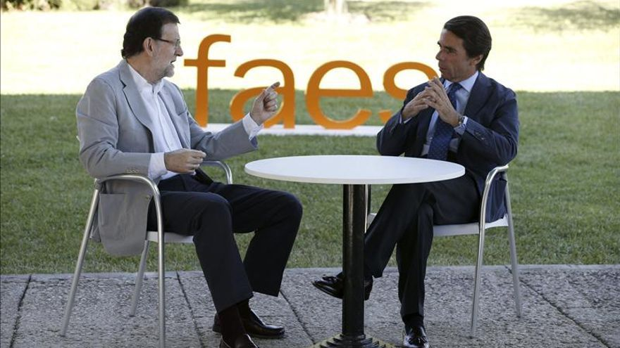 Rajoy charla con Aznar, presidente de FAES / Fotografía: EFE