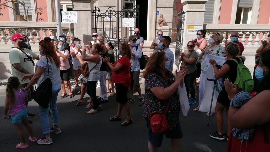 """Simpatizantes de Patricia Hernández se concentran en el Ayuntamiento de Santa Cruz al grito de """"Coalición, corrupción"""""""