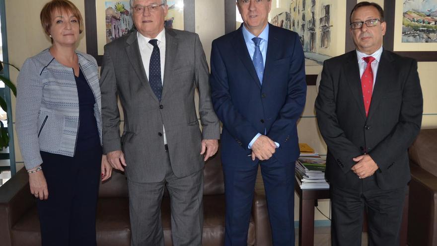 Fernando Berge (segundo por la derecha) es el presidente de Cajasiete.