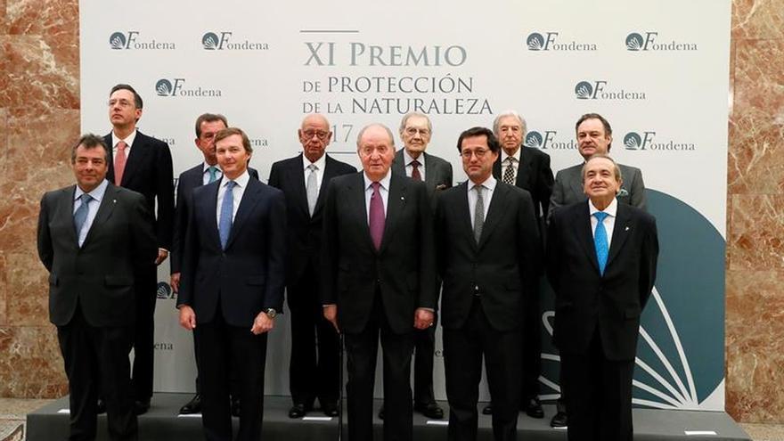Don Juan Carlos entrega el Premio Fondena al biólogo del CSIC Miguel Ferrer