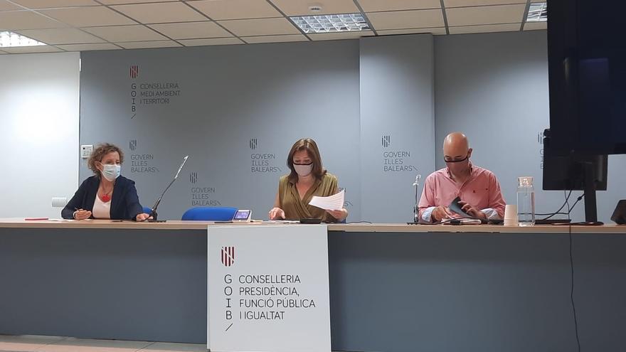 La consellera de Presidencia, Mercedes Garrido, la delegada del Gobierno en Baleares, Aina Calvo, y el presidente de la Felib, Toni Salas.