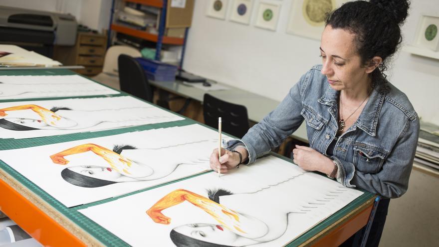 Ana Juan firmando los ejemplares de la edición especial de 'Mujeres que no se callan'