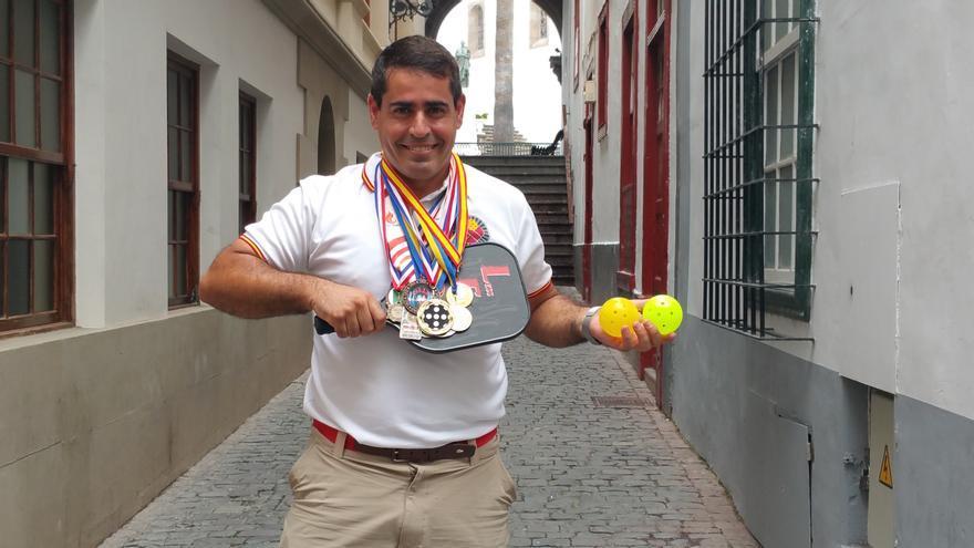 Leo González, que visitó La Palma la semana pasada, muestra las medallas que ha logrado. Foto: LUZ RODRÍGUEZ.