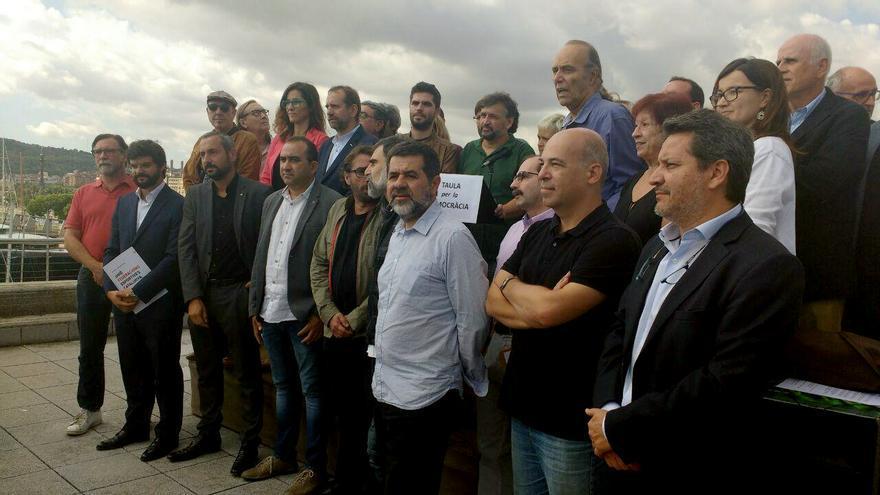 Componentes de la Taula per a la Democràcia durante la lectura del manifiesto fundacional