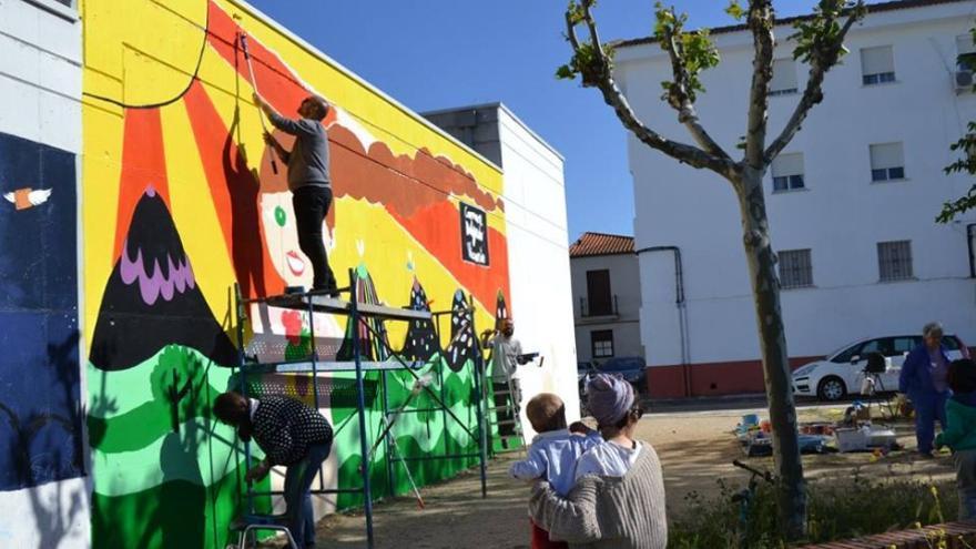 Proceso de elaboración del mural en las tapias del colegio / Memoria de Futuro