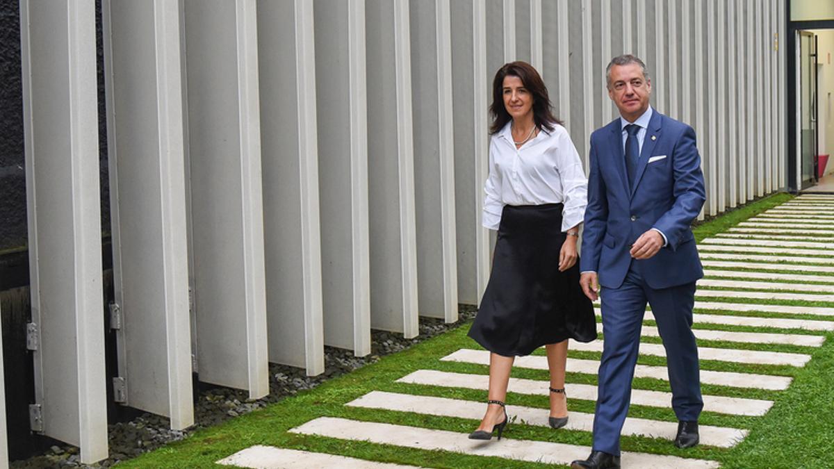Aintzane Ezenarro, directora del Instituto de la Memoria, y el lehendakari, Iñigo Urkullu, en la sede de Gogora en Bilbao